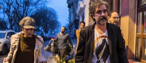 Deniz Yücel nach seiner Freilassung mit seiner Ehefrau Dilek in Istanbul