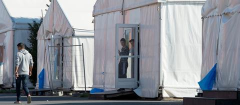 Flüchtlingskinder spielen im Zeltcamp Calden Volleyball über ein Stück Zaun