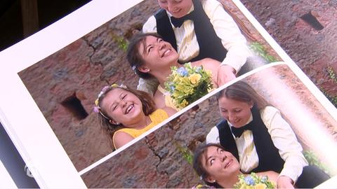Ein Fotoalbum zeigt Fotos von den beiden Müttern und ihrer Tochter.