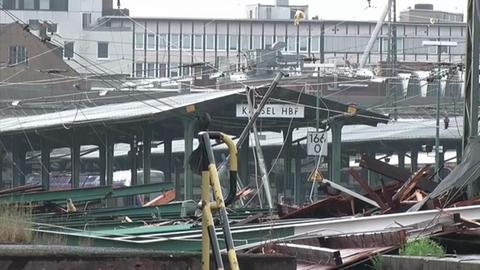 Herumwirbelnde Dachteile zerstörten die Oberleitung am Hauptbahnhof Kassel.