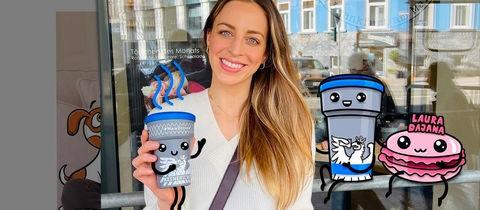 Werbende Frau mit Kaffeebecher vor Geschäft