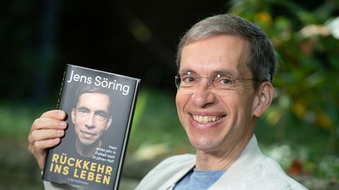 Jens Söring mit seinem Buch.