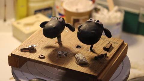 Shaun das Schaf in der Werkstatt. Die Aardman-Figuren werden komplett von Hand hergestellt.