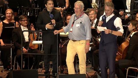 Brachte die schlechte Botschaft: hr-Hörfunkdirektor Heinz Sommer (Mitte) bei dem Abbruch des Konzert