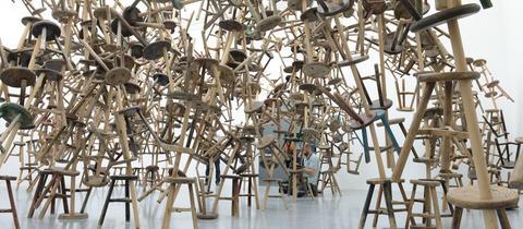 """Aus 886 antiken Holzstühlen besteht die Installation """"Bang"""", die erstmals bei der Biennale in Venedig 2013 zu sehen war"""