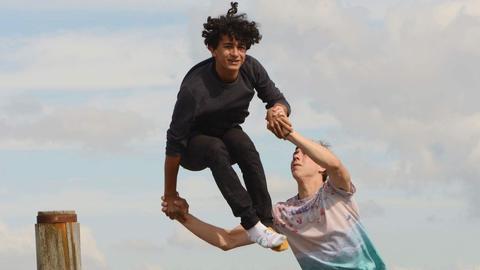 Das Artisten-Duo bei einer ihrer ersten Hebefiguren am Meer