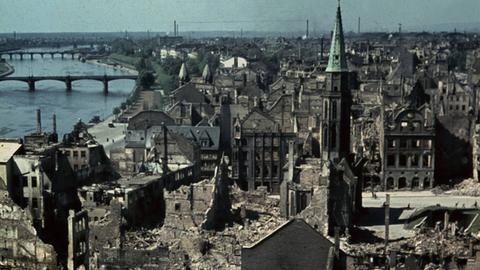 Blick vom den Dom über die kriegszertörte Frankfurter Altstadt im Jahr 1945
