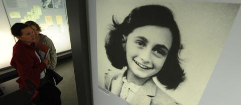 Ein Bild von Anne Frank in einer Ausstellung in Bergen-Belsen.