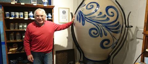 Jörg Stier, Initiator des Apfelweinmuseums Hanau, mit dem weltgrößten Bembel