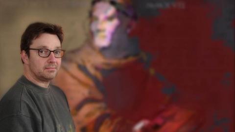 Michael Apitz vor Luther-Konterfei