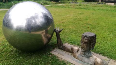 Apollo-Figur - daneben liegt eine 150 Kilo schwere Kugel, die aus der Verankerung gestoßen wurde