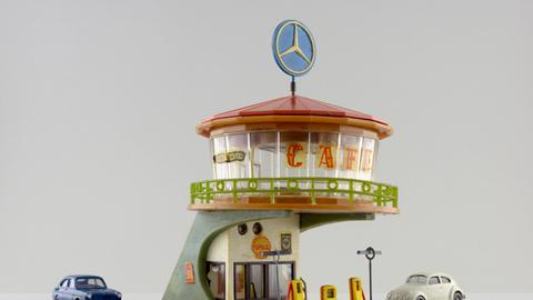 """Modell-Bausatz """"Autorast"""" mit Tanksäulen und Restaurant"""