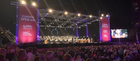 Das hr-Sinfonieorchester begeistert die 20.000 Zuschauer am Main.