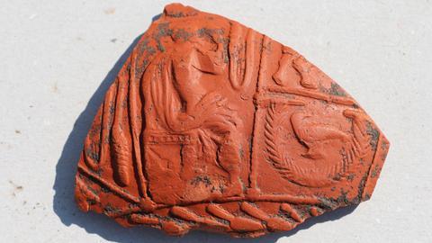 Fragment einer Keramikscherbe mit Reliefdekor (Terra sigillata). Datierung: um 100 n. Chr.