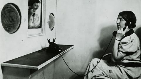 """Fotografie eines Telefongesprächs in einer Fernsprechkabine der Deutschen Reichspost um 1936 in der Ausstellung """"Back to Future"""""""