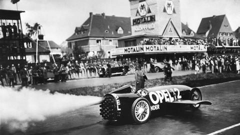 Fritz von Opel in seinem Raketenauto auf einem Bild von 1928