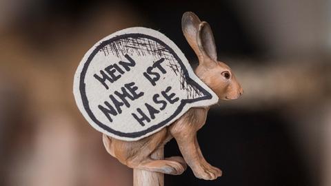 """""""Mein Name ist Hase"""" - steht in einer Sprechblase eines Hasenmodells"""