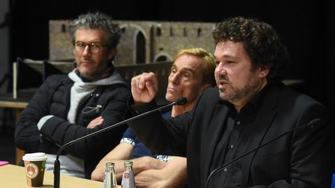 Der neue Intendant der Bad Hersfelder Festspiele, Jörn Hinkel (re.), und die beiden Schauspieler Christian Nickel (li.) und Andre Hennicke (Mitte).