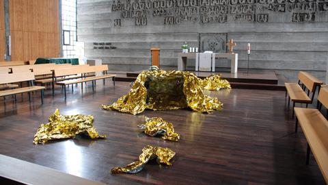 Mehrere goldene Rettungsfolien in einer Kirche