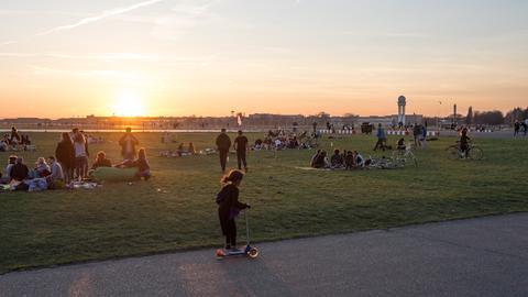 Abendstimmung mit Besuchern auf dem Tempelhofer Feld in Berlin-Neukölln