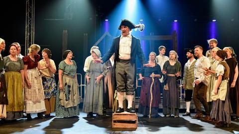 Bühnenszene mit mittelalterlich gekleideten Menschen
