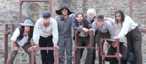 Acht Schauspieler des Ensembles - drei von ihnen sind syrische Flüchtlinge