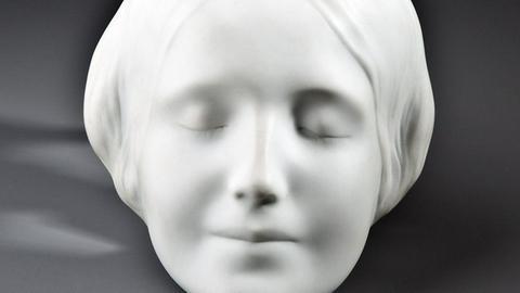 Totenmaske aus Porzellan
