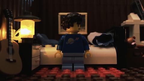 Legomännchen vor Bett
