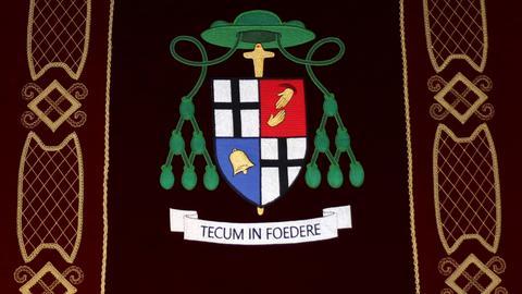 """Das Wappen des neuen Fuldaer Bischofs Michael Gerber mit der lateinischen Inschrift """"Tecum in foedere"""" (zu Deutsch: Mit Dir im Bund)."""