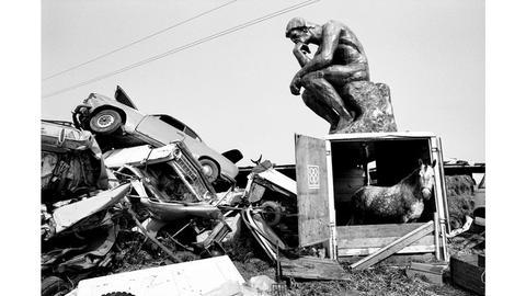 Rodin's thinker thinks and the horse wonders, Müllhalde in der Nähe von Stuttgart, 1972