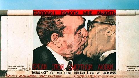 """Die berühmteste """"Kopie"""" von Bossus Brunderkuss stammt von dem russischen Künstler Dmitri Wrubel, der es 1990 auf ein Teilstück der Berliner Mauer malte, heute die East Side Gallery."""