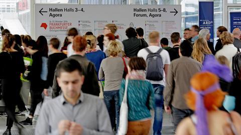 Besucher strömen auf die Buchmesse.