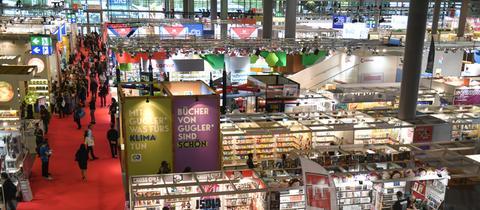 Blick über eine Ausstellungshalle der Frankfurter Buchmesse