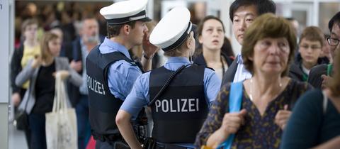 Polizeistreife in einer Messehalle der Frankfurter Buchmesse.