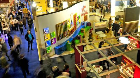 Blick in Ausstellungshalle mit Regalen und Büchern