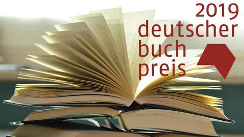 Ein Bücherstapel - oben rechts das Logo 2019 Deutscher Buchpreis