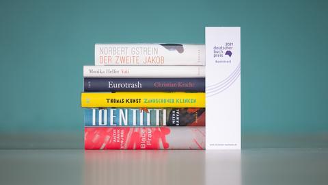 Bücherstapel aus den nominierten Titel zum Deutschen Buchpreis 2021