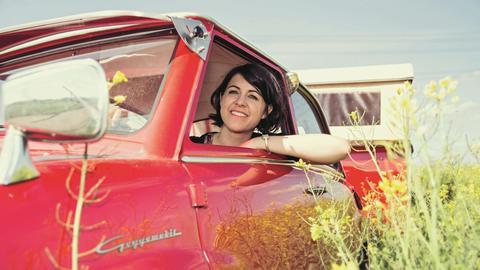 Bianca Schäb in ihrem knallroten Goggomobil