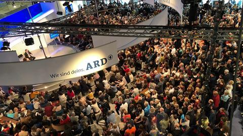 Menschenmassen vor der ARD Bühne