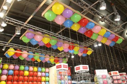 Bunte Luftballons hängen an der Decke.