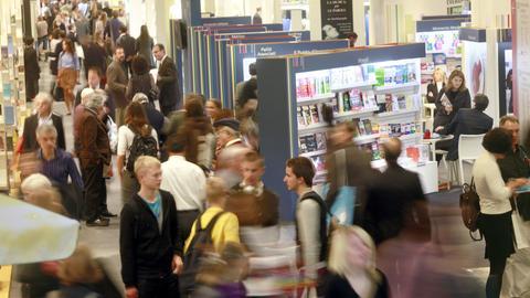 Besucher laufen durch die Gänge der Frankfurter Buchmesse.