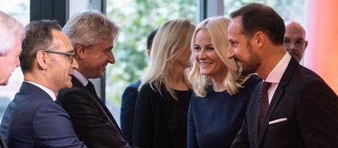 Bundesaußenminister Maas (SPD, l.), und Juergen Boos, Direktor der Frankfurter Buchmesse (2.v.l), begrüßen das norwegische Kronprinzenpaar