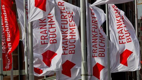 Wehende Fahnen vor den Eingängen der Frankfurter Buchmesse