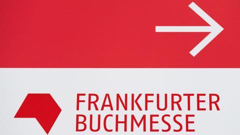 Logo der Frankfurter Buchmesse, darüber ein Pfeil, der nach rechts zeigt.
