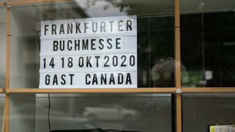 Ein Schild mit der Aufschrift Frankfurter Buchmesse14. 18. Okt 2020 und Guest Canada steht in einem Schaufenster.