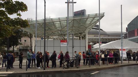 Warteschlange vor dem Eingang zur Frankfurter Buchmesse