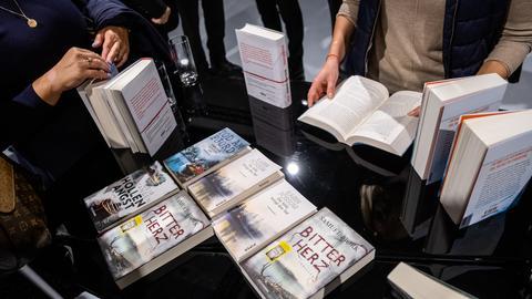 Bücher norwegischer Autoren auf einem Tisch im Ehrengastpavillon.