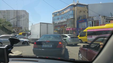 Stillstand zur Rush-Hour in Tiflis: Deutsche Autos, gelbe Kleinbusse und nichts geht mehr.