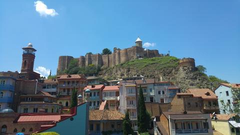 Blick auf den Berg mit der Festung Narikala.