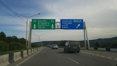 Wegweiser in lateinischen und georgischen Buchstaben: Baku und Jerewan sind nicht mehr weit.